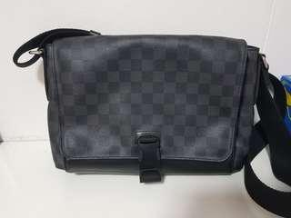 LOUIS VUITTON Messenger PM Shoulderbag Damier Graphite Canvas Gray N41457