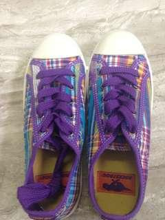 Purple pladded converses