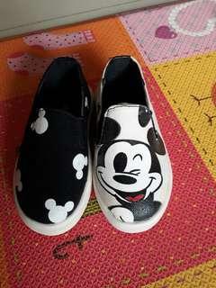全新米奇童鞋(左腳前方有小黃斑)約14cm