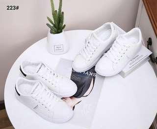 Givenchy Paris Leather Sport Sneakers Shoes 223#21  Bahan Faux Calf Leather  Dalaman Faux Soft Leather  Kwalitas Semi Premium  Aslinya ringan nyaman di kaki Berat dengan box 0.7kg Rubber Sole 2cm  Warna ; -White/Black -White/White   Insole ; 36 : 22