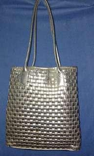 Tas kulit 99% mulus beli dr tahun 2012 sampai sekarang kulit tidak terkelupas !!