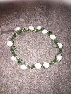 Cute light up flower crown. White flowers with white lacing and leaves.