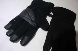 Uniqlo winter gloves in black with rubber tips