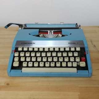 🚚 Robin Blue Royal Vintage Typewriter