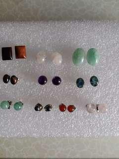 一手十對 半寶石 紫晶粉晶 瑪瑙 等等 銅針耳環 總共賣250元。 如果改用純銀針, 每對加30元