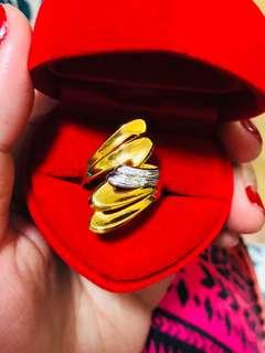 18k gold ring with diamonds