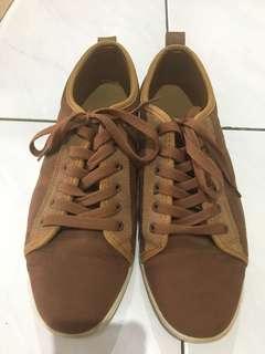 Sepatu casual warna coklat