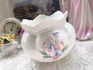 英國製Aynsley安茲麗Little Sweetheart系列雲彩花卉骨瓷浮雕花瓶/花器