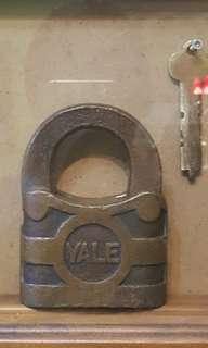 Antique YALE Pad Lock with key in Decro cae