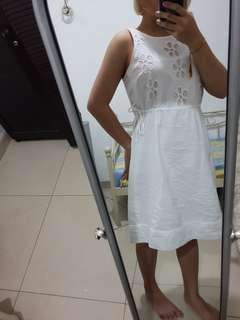 Lokal brand dress putih dengan bordir bunga