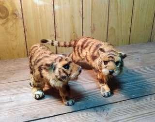 🚚 兩隻老虎仿真擺飾模型—古物舊貨、早期手工藝收藏