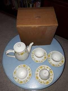 NEW IN BOX gorgeous set of vintage floral teapot with 4 teasets