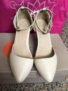 杏色高跟鞋