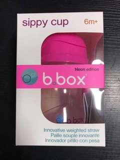 😘最好用的重力球水杯🙈🐳bbox兒童吸管杯240ml  熒光粉🍃6個月以上可用😌裏面有一個重力球,即使裏面還有一點水都能喝的到💓重力球會跟着水流走,就算整個水壺倒過來都能喝到水‼️不放過水壺裏的任何一滴💎B.Box完全不含BPA,令苯二甲酸酯,PVC等有害致癌物質🇦🇺
