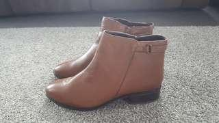 Sz 9.5 Brown Side Trim Ankle Boot