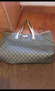 Gucci 大袋💯real 圖8-9已提供尺寸👍👍😬😏❤️有原庒塵袋,購入$10000多元,二手,新舊如圖,孭帶位4邊位置有用後爆裂😲👍其他內外底看圖新淨,所以先咁平?大容量放好多嘢,可SF 到付。