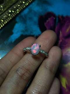 漂亮的一顆,粉紅色甜美強光opal戒指,主石6x8mm ,925純free size, 也可改實圈。