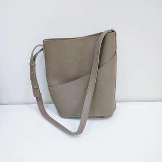 深咖啡色圓筒側背包
