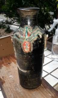 它可能是姹紫成化瓶。不是黑、釉。9寸高。成化红釉鮮红如血。其它朝代所沒有!
