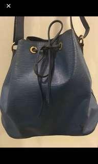 🙂❤️💯real 寶藍色樹🌲紋LV 水桶袋👍😬夠經典,約9成新,專門店䐟入$16790