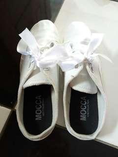Sneakers putih pita