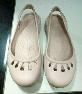Sepatu karet pink muda
