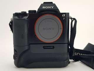 Sony A7 機身(公司貨已過保)+原廠手把+2組原廠電池充電器+2顆原廠電池+2顆副廠電池
