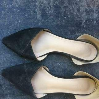 photo Share This Listing    Public Comments  Be the first to write a public comment. Ask a question or @mention a friend to check this out!  Parisian Pointed Shoes/ Flats