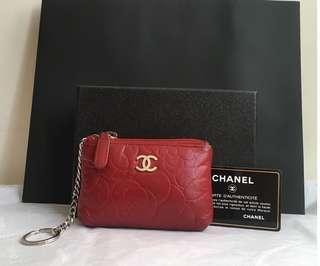 Chanel (山茶花)鑰匙圈零錢包#此設計圖騰紋路清晰再加上小羊皮的柔軟,觸感很舒服、愛不釋手! (特價~)