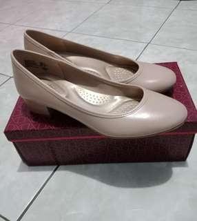 Payless dexflex comfort nude shoes (size 7)