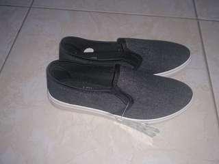 Sepatu flip on kasual hitam