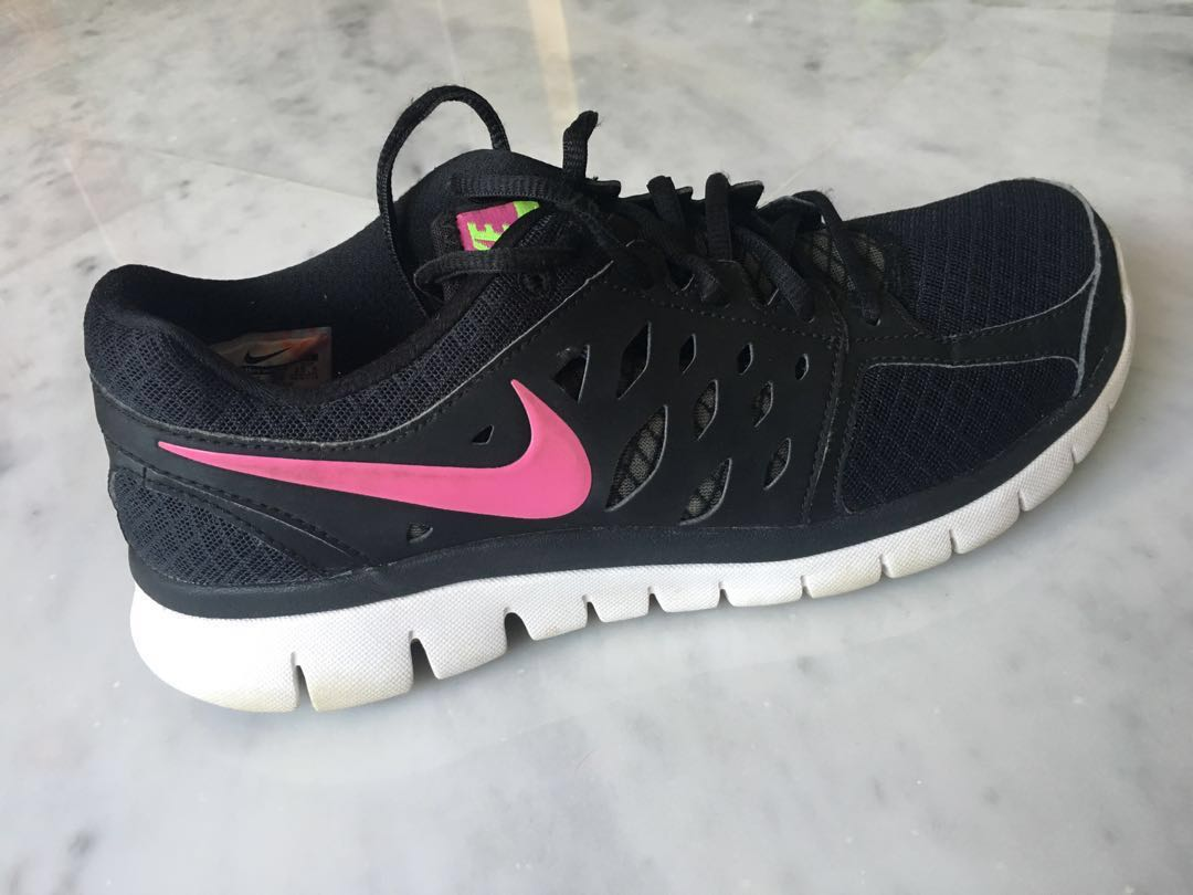 54391865376 Black nike shoes with pink logo (idk what s the model sorry ...