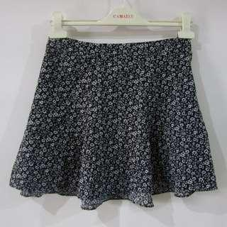 (28) Divided by H&M ladies skirts, in almost looks new conditions, back zipper, flowy