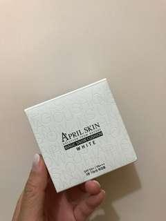 April Skin cushion white 22