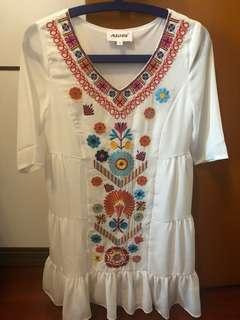 民族裙 Elegant Embroidered Dress