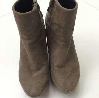 啡色猄皮短靴