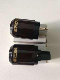A pair of IEC and US plugs.