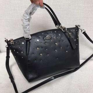COACH 22312 星星鉚釘餃子包 單肩斜跨手提包 荔枝紋頭層牛皮 手感柔軟 可放A4 附購證