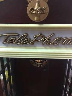 可口可樂電話亭有燈,有聽筒,可插電話缐