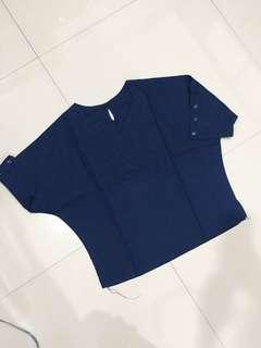 Kaos biru model kancing
