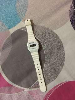 Jam tangan digital putih