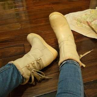 🚚 達芙妮後綁帶中筒皮靴
