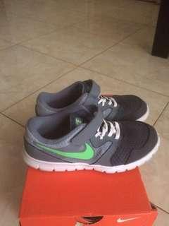 Sepatu nike infantil flex