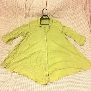 🚚 《日本品牌》長版草綠色V領、下擺傘狀夏季棉麻軟襯衫 罩衫(剪標品)
