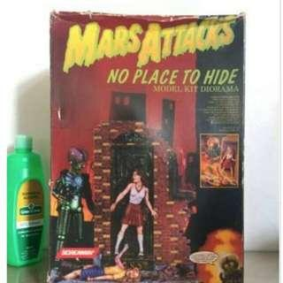 Mars Attack: No place to hide model kit (glow in thr dark)