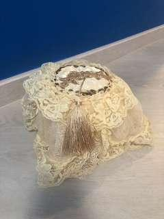 Lace toilet tissue paper holder