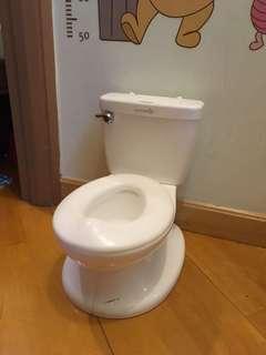 小朋友沖水發聲廁所