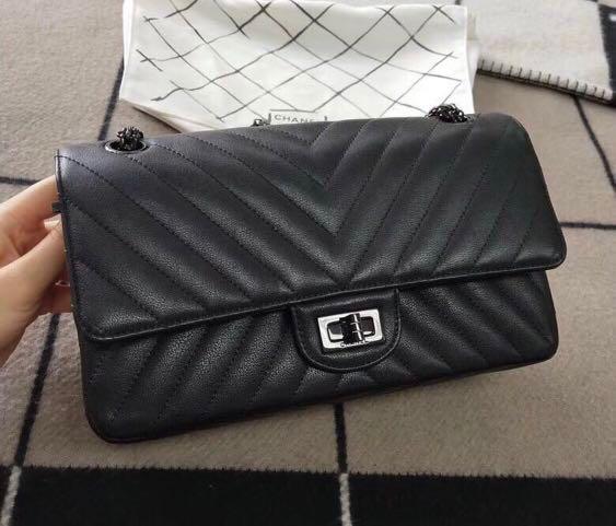 84e06dc5628e Chanel chevron so black reissue 225, Luxury, Bags & Wallets, Handbags on  Carousell