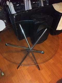 Meja kaca dan kursi