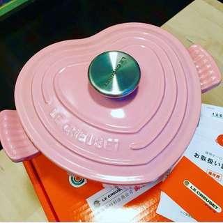 全新 Le Creuset 台灣版 Chiffon Pink Heart Pot 粉紅大心煲 18cm(1.9L) * 第一代 Chiffon Pink * 未用過, 只是display 於鐡架上有拖拉痕, 但不影響煮食(見圖6) * 上油淺色, 除Logo字有d芝麻點外, 其他地方都靚 * MTR 交收
